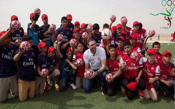 مصر اليوم - مارتن كيون يفتتح ملعبًا للأطفال السوريين في مخيم الزعتري
