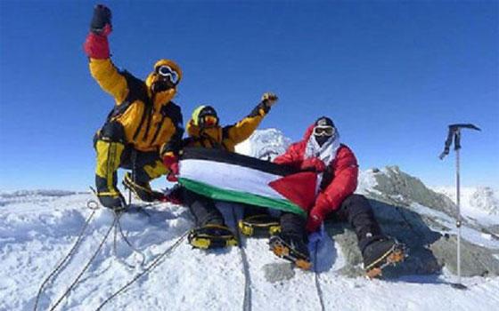 مصر اليوم - متسلقو جبال عرب يرفعون علم فلسطين على قمة إيفرست