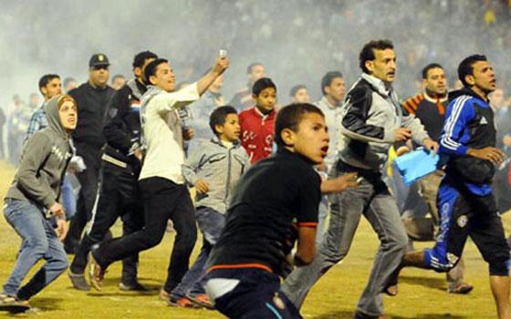 مصر اليوم - أهالي ومشجعو منتخب السويس يحاصرون مديرية الأمن والمئات يغادرون لاستقبال أبنائهم