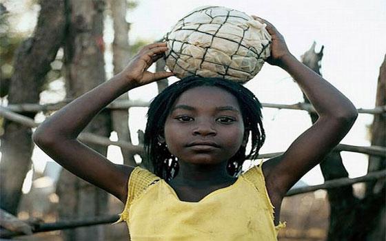 مصر اليوم - الأطفال الأفارقة مغرمون بلعبة كرة القدم ويستخدمون كل شيء لصنعها