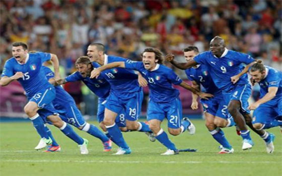 مصر اليوم - الأزوري الإيطالي يخطف اليابانيين بسلاح الخبرة في مباراة تاريخية 4/3
