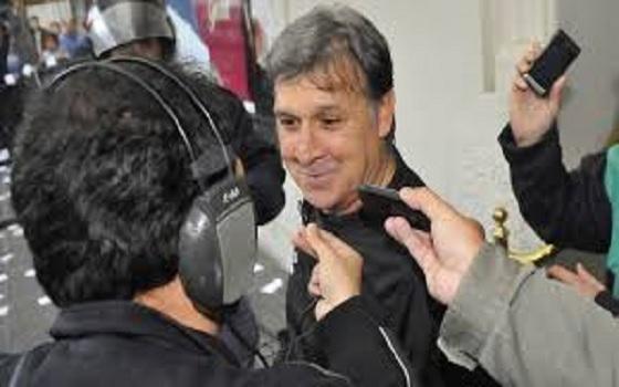مصر اليوم - مارتينو يصل إلى برشلونة لبدء مهامه مع العملاق الكتالوني