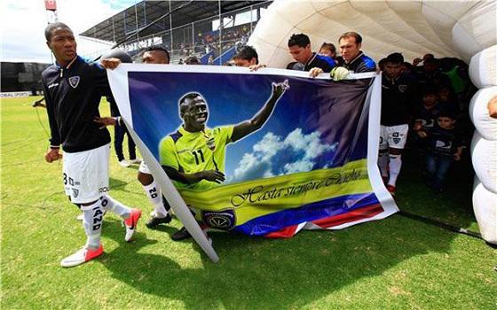 مصر اليوم - جماهير كرة القدم الإكوادورية تودع  كريستيان بينيتيز إلى مثواه الأخير