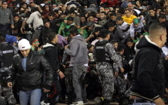 مصر اليوم - قنابل مسيلة للدموع وتحطيم سيارات بعد نهاية مباراة الوحدات والفيصلي في كأس الأردن