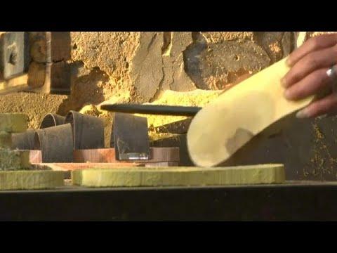 شاهد صناعة القبقاب في مصر نفحة من عبق التاريخ